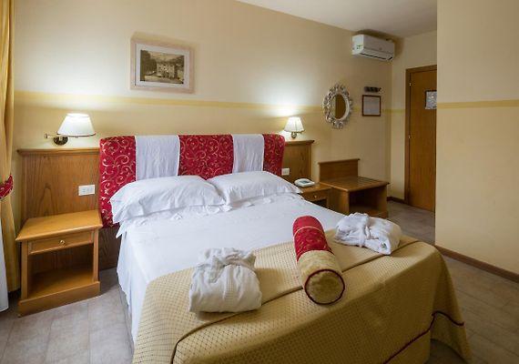 http://hotel-terme-bagni-di-lucca.tuscany-hotels.org/data/Photos/Big4/6701/670193/670193844.JPEG
